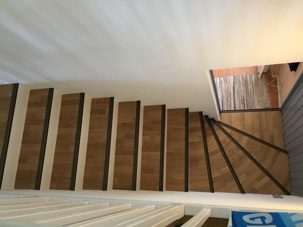 escalier restaurer avec du parquet et du polyester